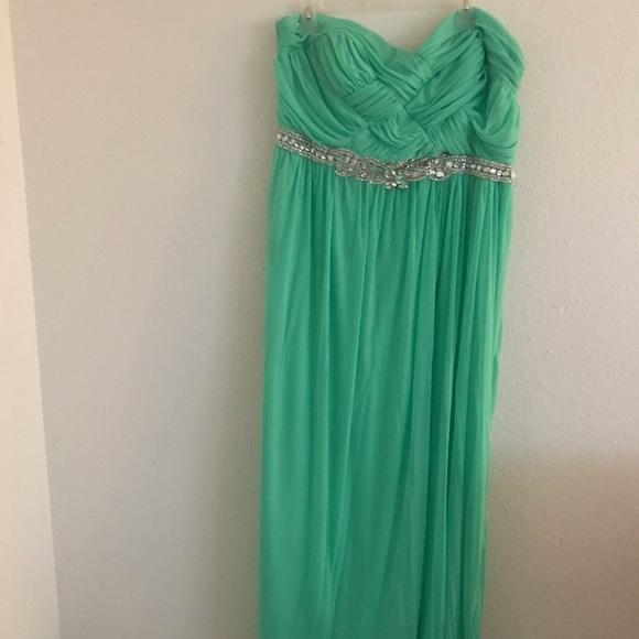 Plus Size. Mint Green, strapless formal dress
